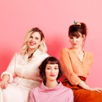 """The Glossy Sisters - Elles Dépassent Toutes Les Limites Dans Leur Album """"C'est Pas Des Manières """""""